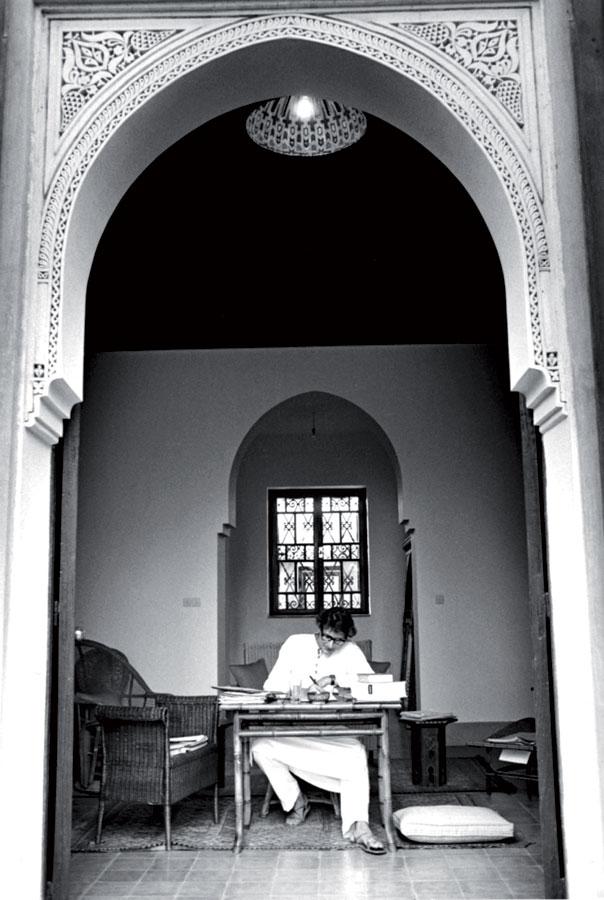 Yves Saint Laurent dans sa maison de Marrakech.