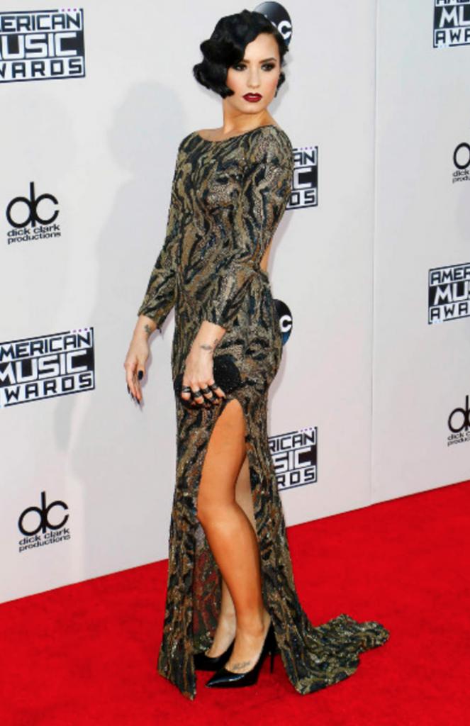 Demi Lovato en Lorena Sarbu pour un look très rétro