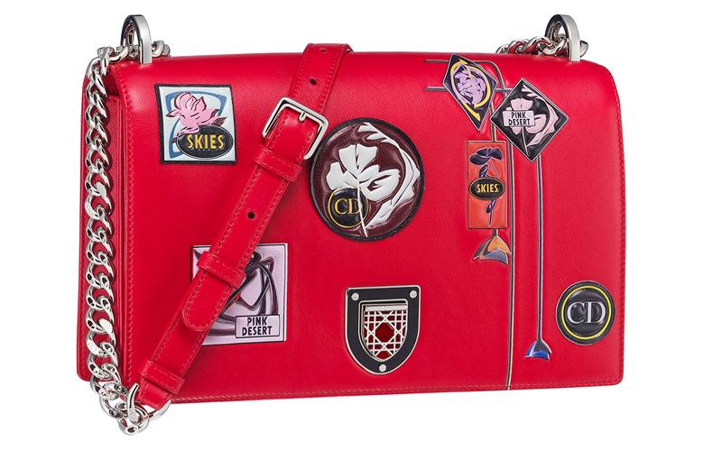 Sac « Diorama » en veau « paradise » rouge, badges et fleurs en cuir embossé, fermoir badge brodé d'émail.