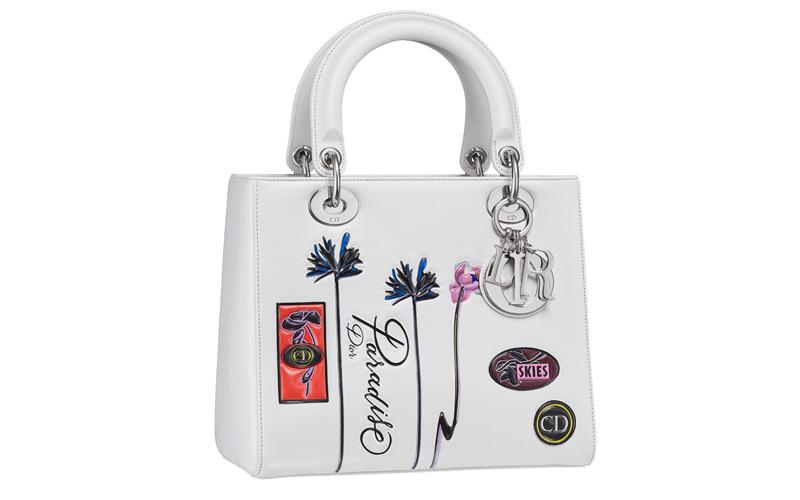 Sac « Lady Dior » en veau « paradise » blanc, badges et fleurs en cuir embossé, bandoulière large.