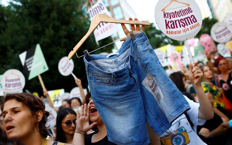 Turquie : des femmes manifestent pour leur droit de s'habiller comme elles veulent