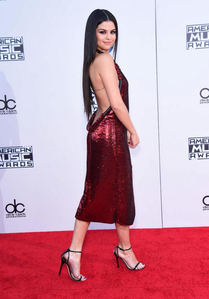 Selena Gomez dans une robe à paillettes Givenchy décolletée à l'arrière
