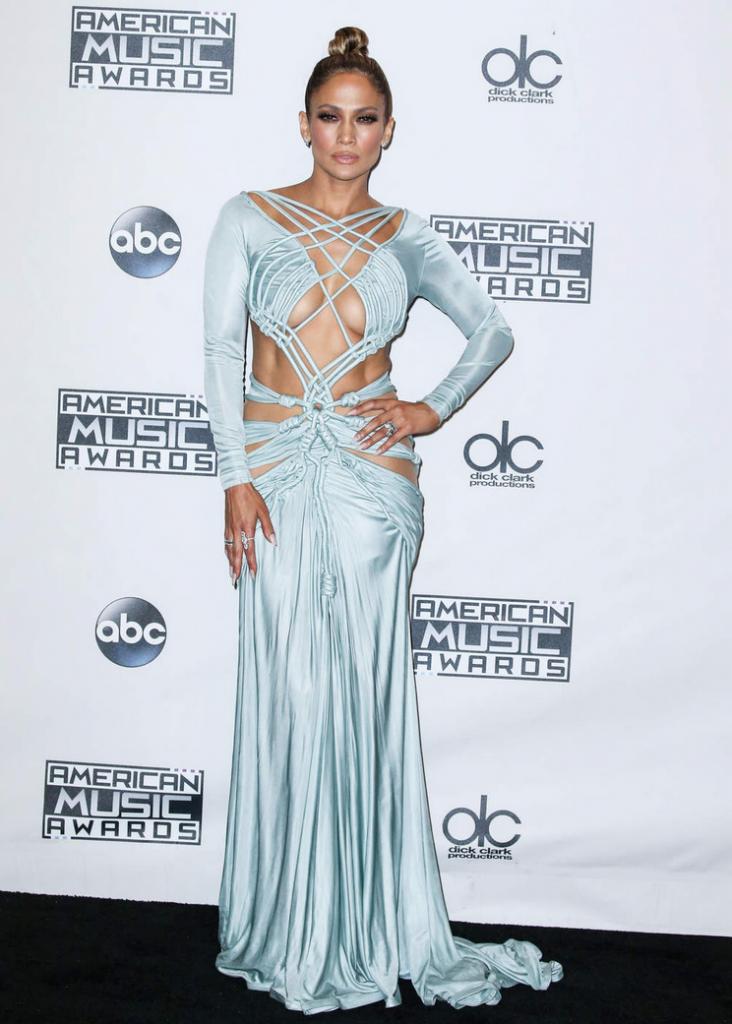 Jennifer Lopez en robe aux détails en macramé Charbel Zoe